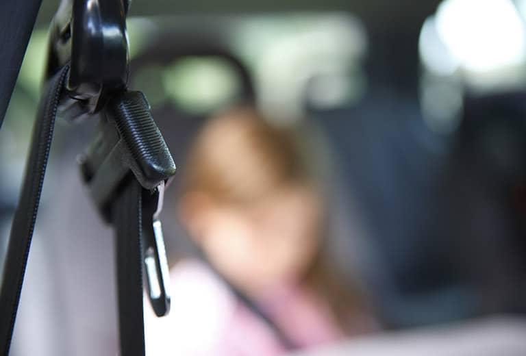 Es la causa de llevar el cinturón de seguridad holgado y no ir de forma correcta al volante