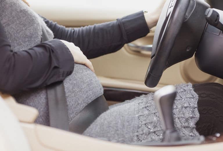 ¿Cómo deben ponerse el cinturón de seguridad las embarazadas?