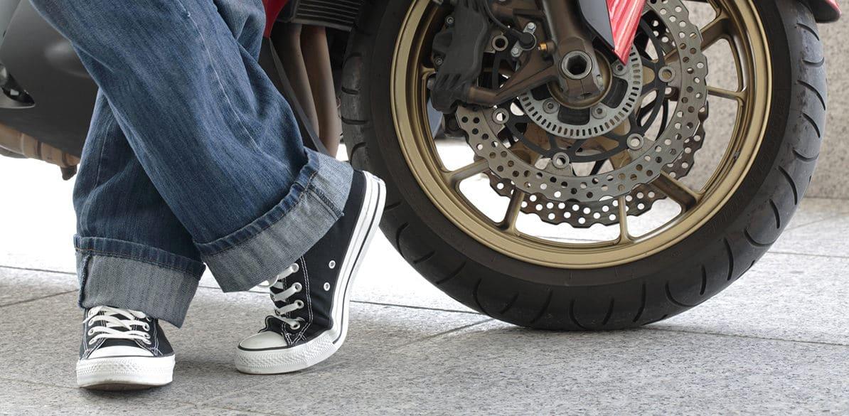¿Sabes cuál es el mejor calzado para conducir tu moto con seguridad?