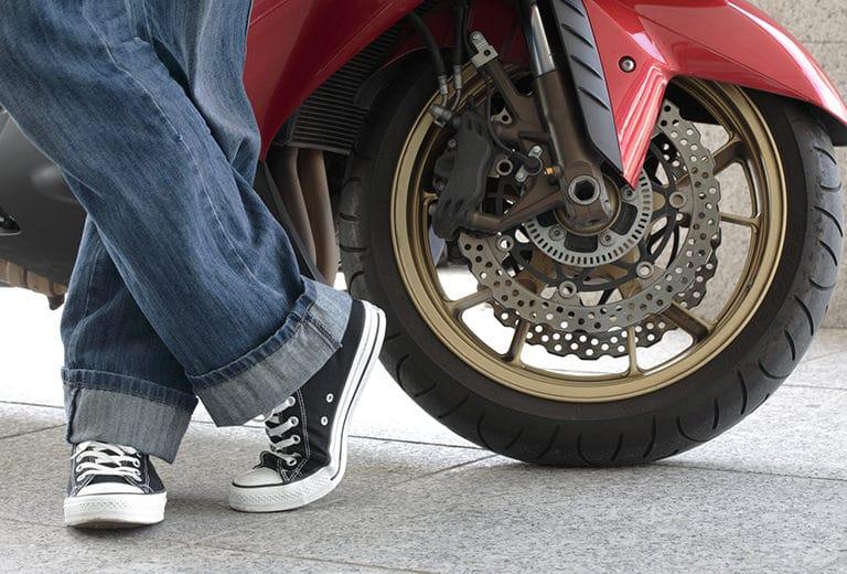 Calzado inadecuado en moto