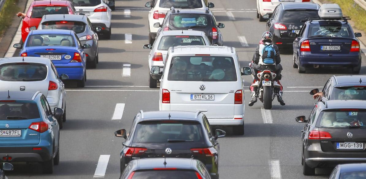 ¿Ir entre coches por ciudad con tu moto? No parece una buena idea