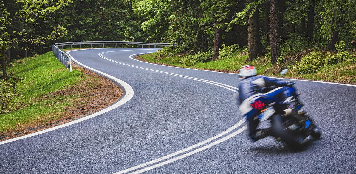 Consejos sobre cómo trazar curvas de forma segura con tu moto