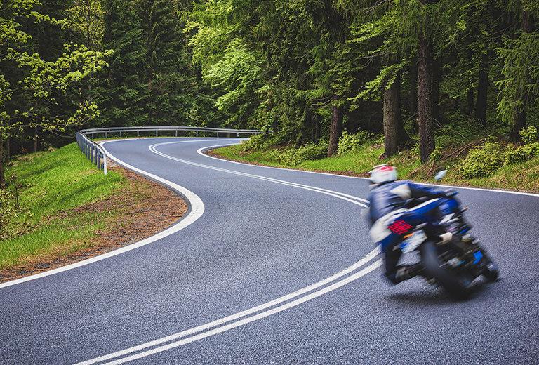 La trazada de una moto en curva