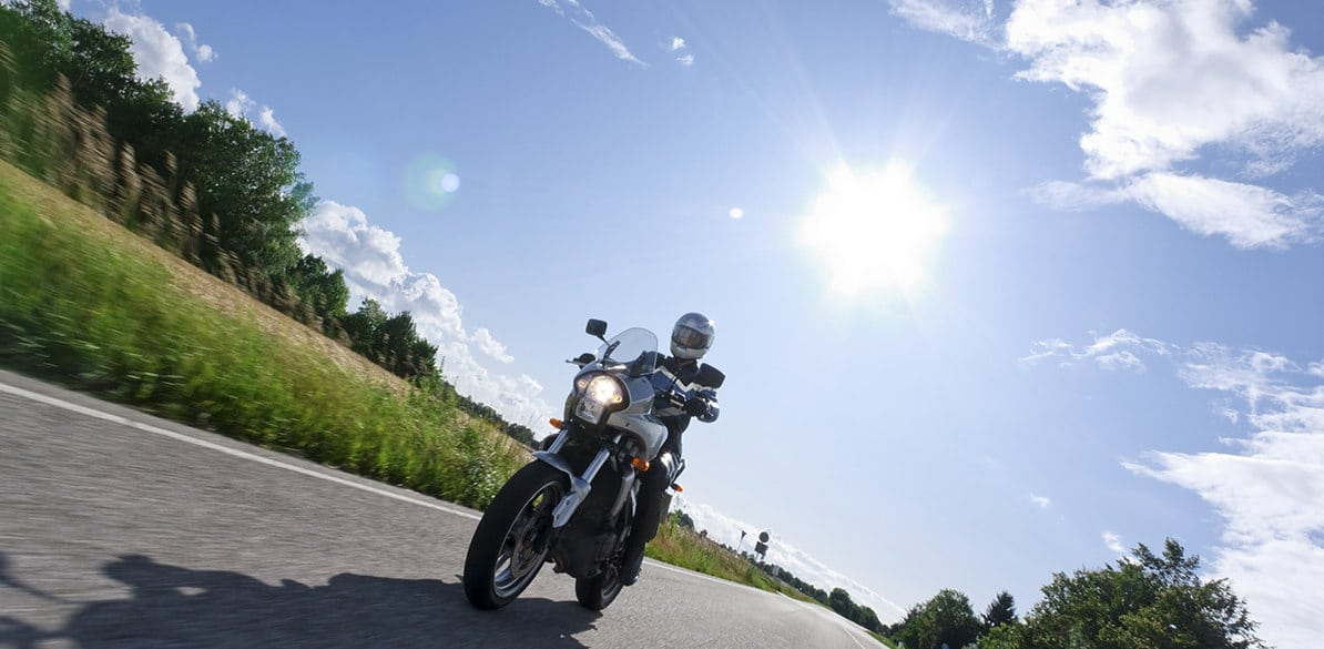Let's see why we should continue to use suitable motorcycle clothing in summer