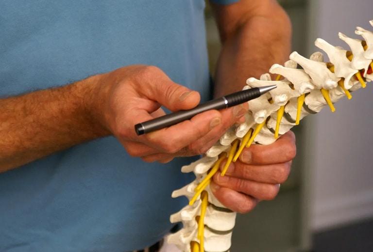 Trastornos óseos del desarrollo, espondilitis anquilosante, enfermedades por depósito articular, amiloidosis, polimiositis y su repercusión al volante